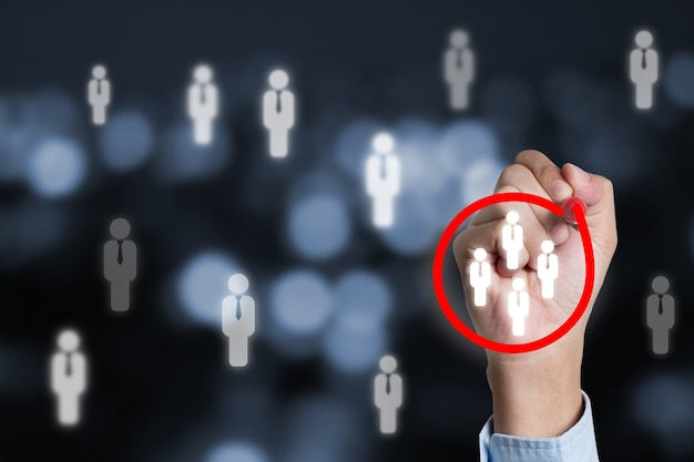 Marketing doelgroep concept met zakenman rode cirkel schrijven om focusgroep te markeren