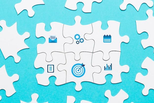 Marketing pictogram op witte puzzel stuk op blauwe achtergrond