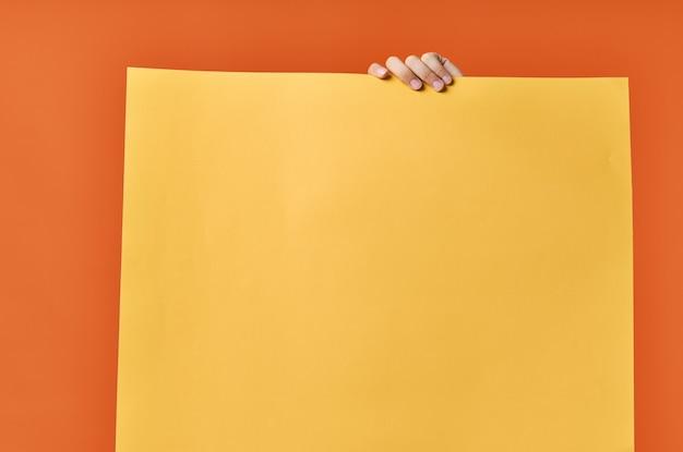 Marketing poster oranje achtergrond man op de achtergrond bijgesneden weergave.
