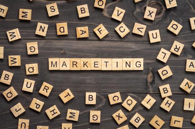 Marketing woordblok op lijst voor bedrijfsconcept.