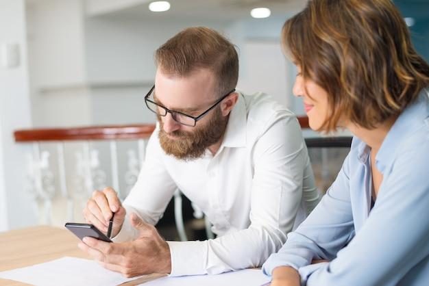 Marketinggroep die aan nieuw businessplan werkt