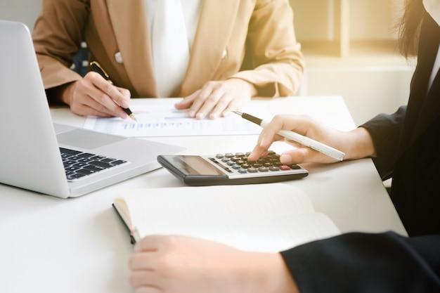 Marketingprestatie-analist werkt met verkooprapport over een bureau