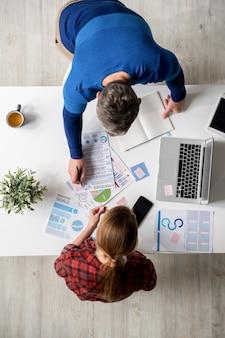Marketingstrategieën kiezen tijdens vergadering