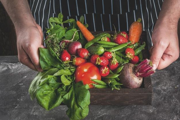 Markt. gezond veganistisch eten. verse groenten, bessen, groen en fruit