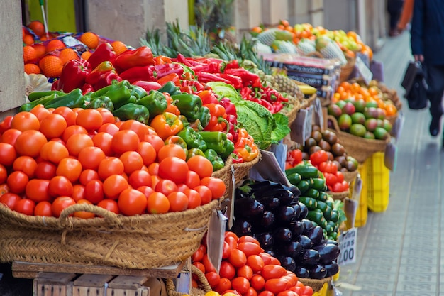 Marktkramen met groenten en fruit. selectieve aandacht.