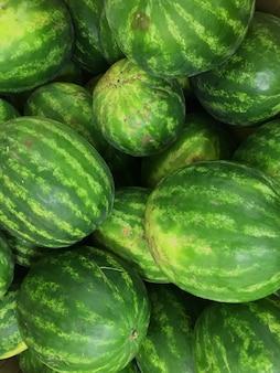 Marktteller met delisios watermeloenen. verse meloen in de stralen van de zon. verblinding op bessen.
