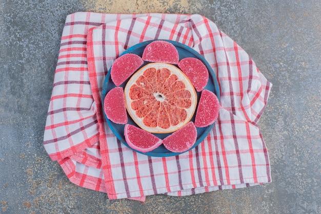 Marmelade met schijfje grapefruit op een tafellaken. hoge kwaliteit foto