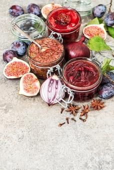 Marmelade van rode uien, confituur van pruimen, vijgenjam