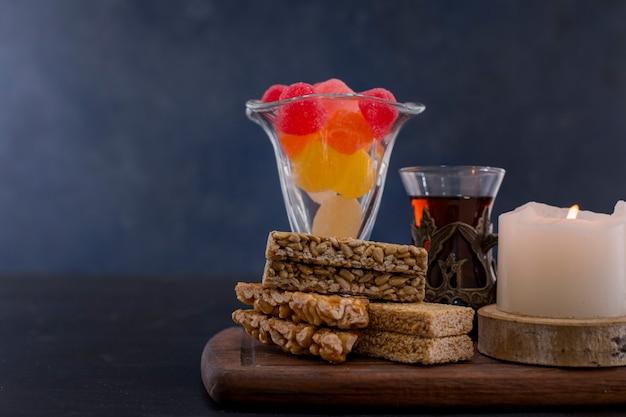Marmelades en sesamkoekjes met een glas thee