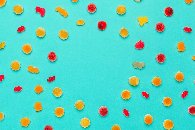 Marmeladesuikergoed of gom op een kleurenachtergrond
