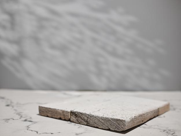 Marmeren aanrecht met aanrecht in de keuken met natuurlijke schaduwen.