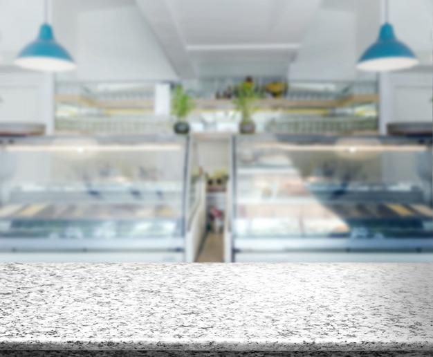 Marmeren aanrecht op onscherpte bakkerijwinkel