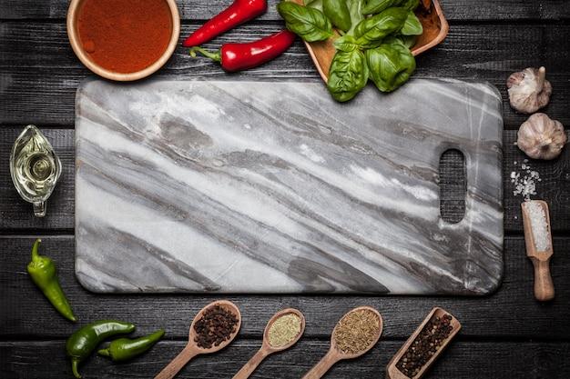 Marmeren bord met verschillende kruiden