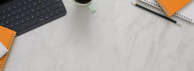 Marmeren kantoor tafel met kopie ruimte, koffiemok, digitale tablet toetsenbord en briefpapier
