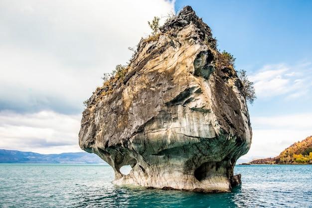 Marmeren rotsformatie in de marmeren kathedraal aan het meer van general carrera. puerto rio tranquilo. patagonië, chili