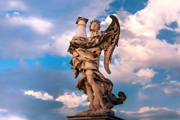 Marmeren standbeeld van engel met de kolom bij zonsondergang, een van de tien engelen op saint angel bridge, symbolen van de passie van christus, rome, italië