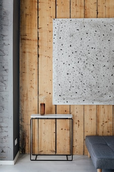 Marmeren tafel bij een kunstwerk op een houten muur