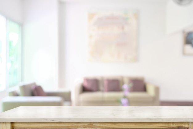 Marmeren tafelblad over wazig woonkamer achtergrond