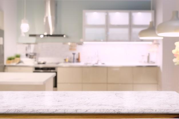 Marmeren tegenbovenkant lijst met moderne keukenruimte achtergrond.