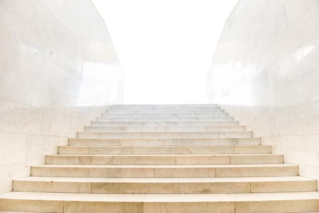 Marmeren trap met trappen in abstracte luxe architectuur geïsoleerd op een witte achtergrond