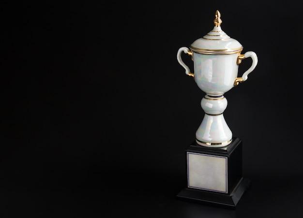 Marmeren trofee over zwarte achtergrond.