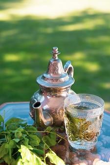 Marokkaanse koude groene kruidenthee op een traditionele lade
