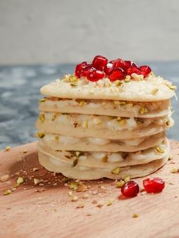 Marokkaanse pancake layer cake - baghrir cake. ronde pannenkoeken gemaakt van tarwemeel.