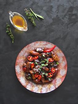 Marokkaanse rundvleestagine met datasaus. knapperig rundvlees in zoete en plakkerige saus.