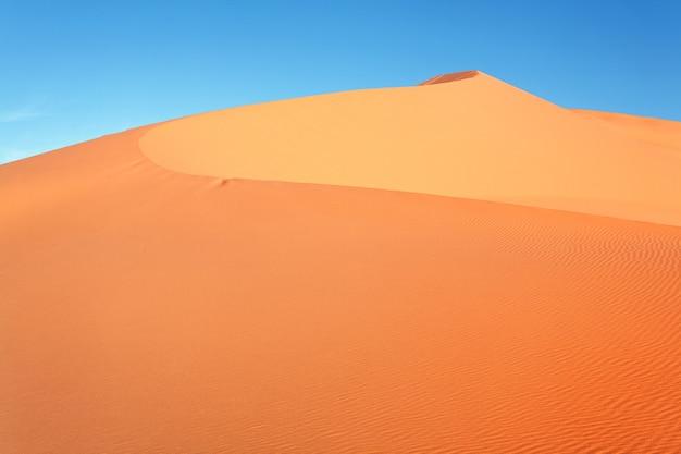 Marokkaanse woestijn duin achtergrond en blauwe hemel