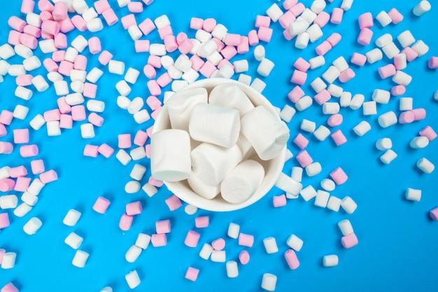 Marshmallow aangelegd op blauw papier