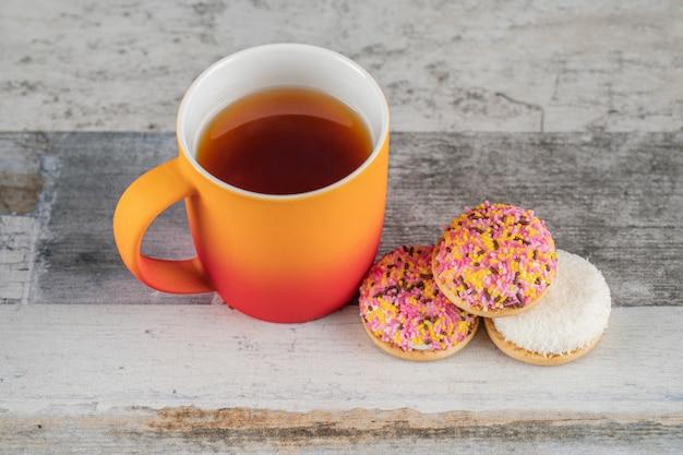 Marshmallow cookies met een kopje thee