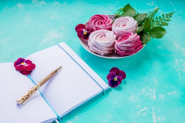Marshmallow en een open boek. romantische momenten.