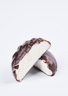 Marshmallow in chocolade glazuur close-up geïsoleerd op een witte achtergrond, uitknippad