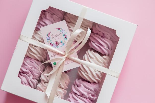 Marshmallow in een geschenkdoos op roze