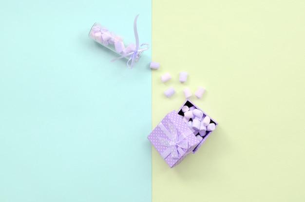 Marshmallow uit een glazen pot vult een paarse geschenkdoos