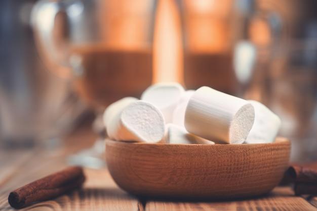 Marshmallows in een houten plaat