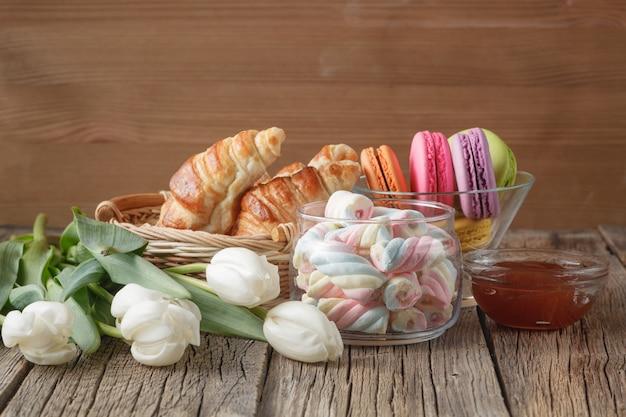 Marshmallows, macarons, croissants en tulpenbloemen