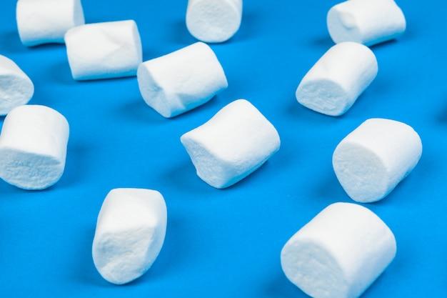Marshmallows op blauwe achtergrond