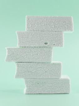 Marshmallows op een groene achtergrond
