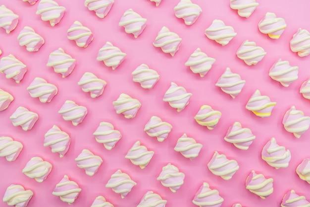 Marshmallows op een roze achtergrond, concept, bovenaanzicht