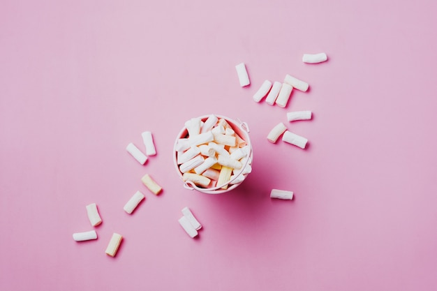 Marshmallows op roze achtergrond met copyspace