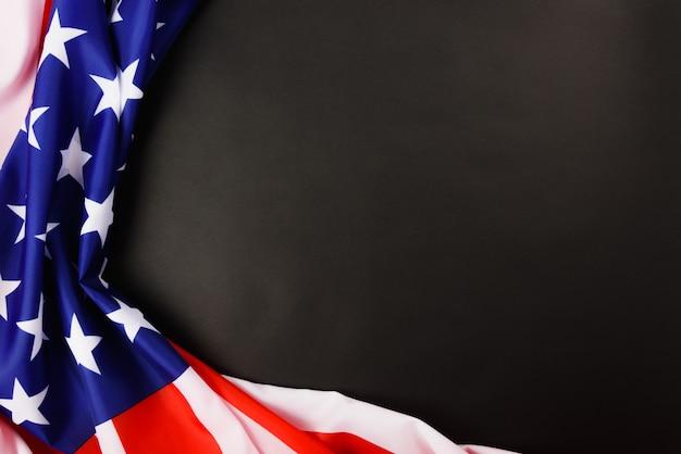 Martin luther king day, plat lag bovenaanzicht, amerikaanse vlag democratie op zwart met copyspace