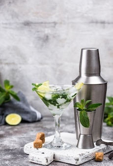 Martini-cocktail met limoen en munt