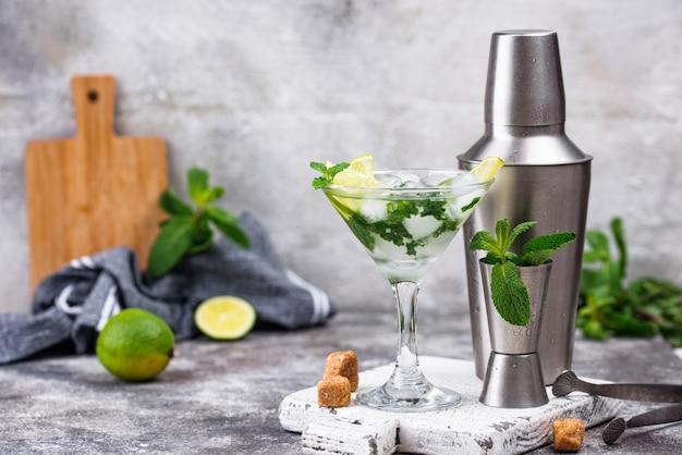Martini-cocktail met limoen en munt.