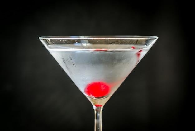 Martini-cocktail met marasquinkers