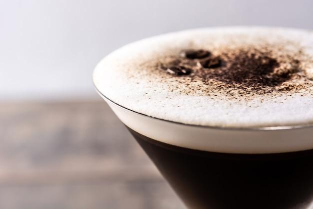 Martini espresso cocktail in glas op houten tafel