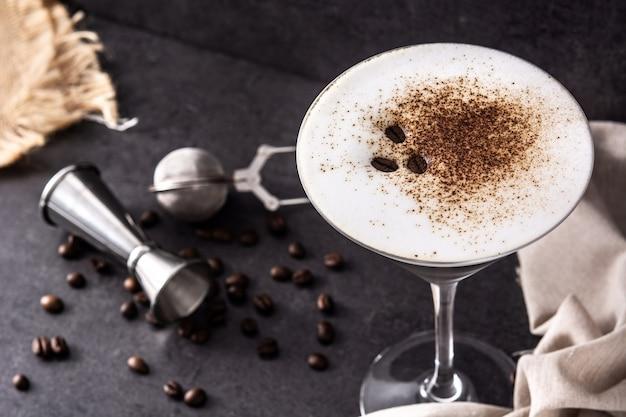 Martini espresso cocktail in glas op zwarte achtergrond