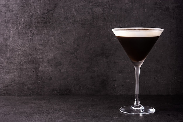Martini espresso cocktail op zwarte achtergrond