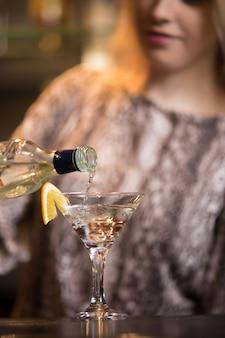 Martini is gegoten in cocktailglas