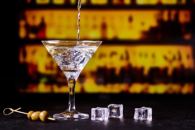 Martini met groene olijven op een tafel in de bar